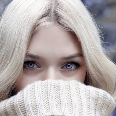 donker kringe blondine